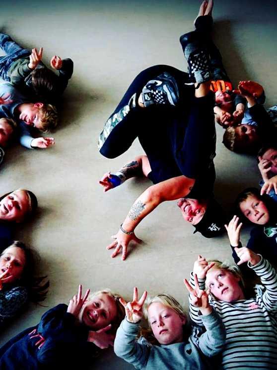 Foto 1: Dansen of los gaan op de leukste muziek met de Kids Dance workshop