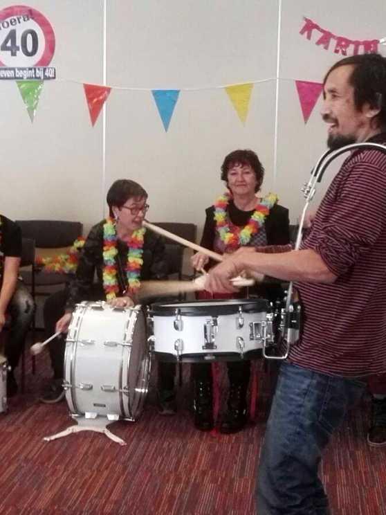 Foto 1: Een drumband in optocht, binnen anderhalf uur!