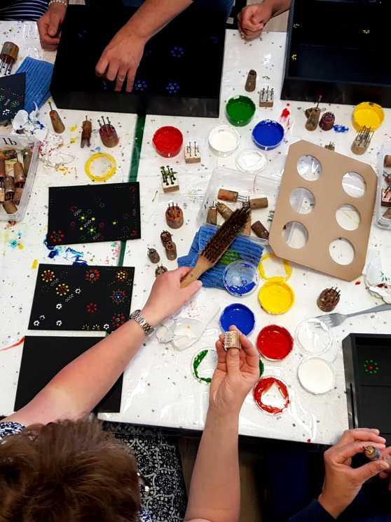 Foto 1: Workshop Staphorster stipwerk een traditioneel techniek om stoffen te versieren