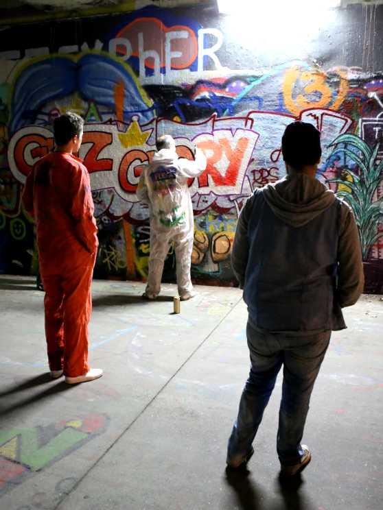 Foto 1: Maken samen een gigantisch graffiti kunstwerk op muur, tijdens deze creatieve graffiti experience