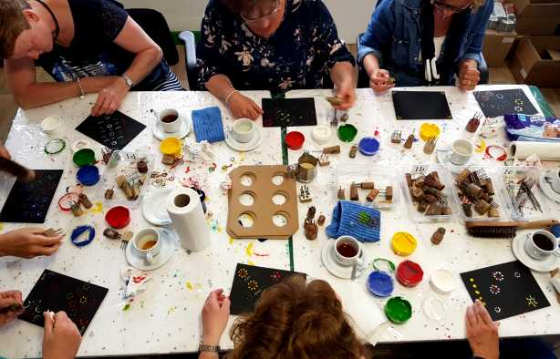 Foto 3: Workshop Staphorster stipwerk een traditioneel techniek om stoffen te versieren