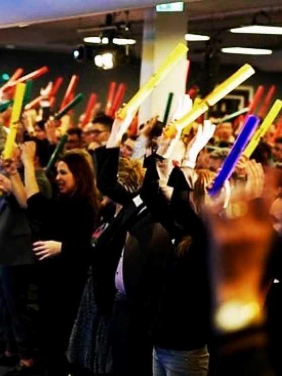 Foto 1: Werken aan teambuilding met de vrolijke, gekleurde, plastic buizen