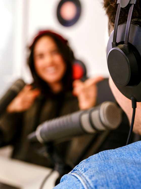 Foto 1: Samen 'Live on air' tijdens de workshop live radioshow maken